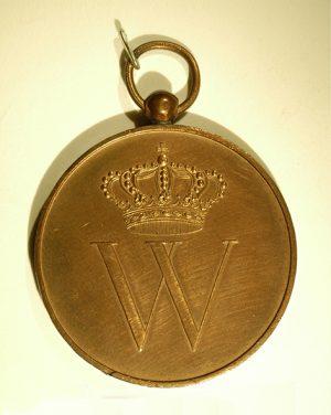 Op een witte ondergrond ligt een goudkleurig penning aan een oogje. Op de penning is een kroon en de hoofdletter W geslagen.