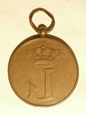 Op een witte ondergrond ligt een goudkleurig munt aan een oogje. Op de munt is een kroon en de hoofdletter W geslagen.
